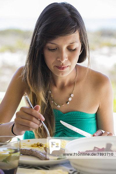 Frau beim Mittagessen