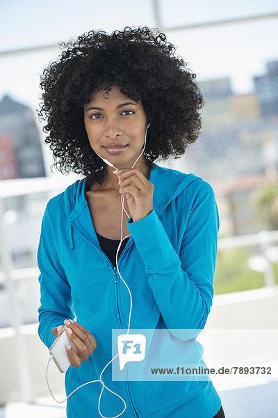 Frau beim Musikhören mit dem Handy