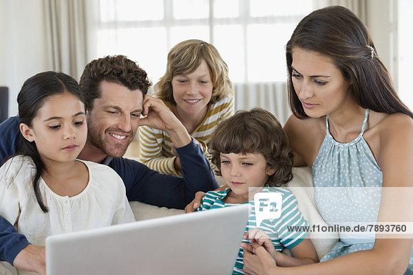 Familie beim Betrachten eines Laptops