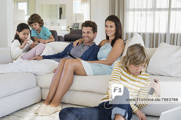 Familie mit Elektronik-Gadget