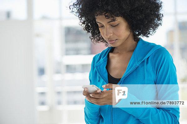 Nahaufnahme einer Textnachricht einer Frau auf einem Mobiltelefon