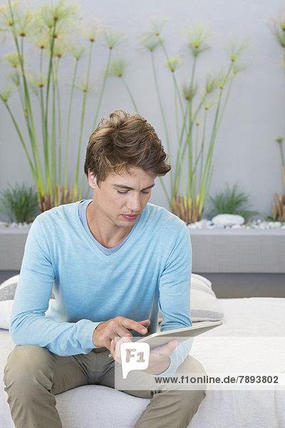 Mann mit einem digitalen Tablett