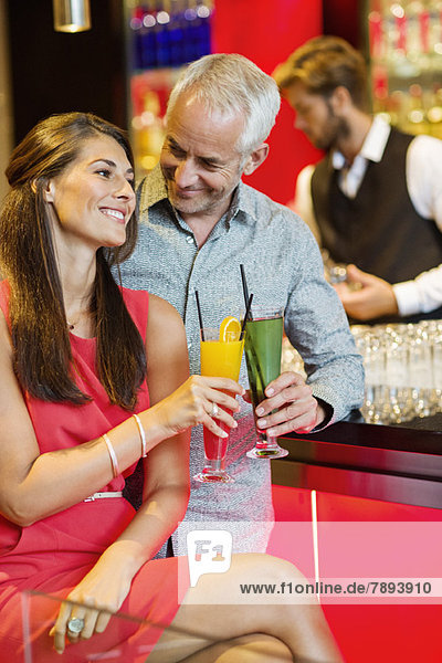 Paar genießt Getränke an der Theke
