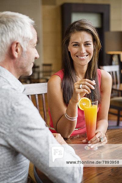 Paar genießt einen Drink in einem Restaurant