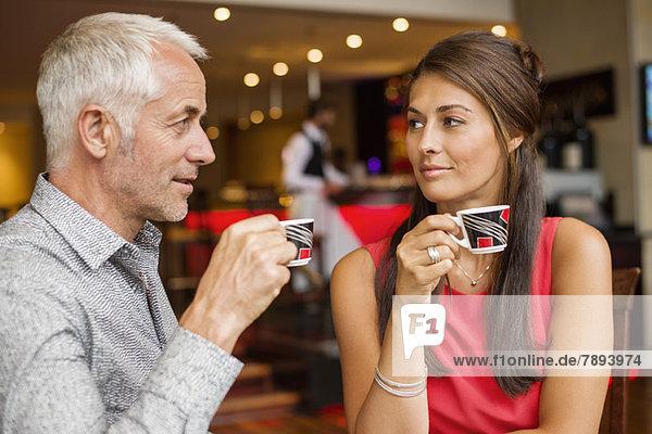 Paar genießt eine Tasse Tee in einem Restaurant