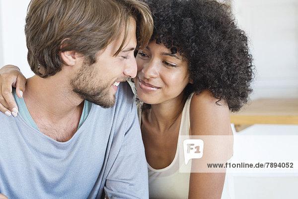 Nahaufnahme eines lächelnden verliebten Paares