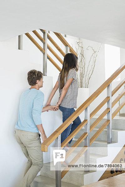 Ein Paar  das eine Treppe hinaufgeht.