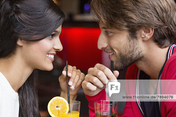 Paar Trinkcocktail in einem Restaurant