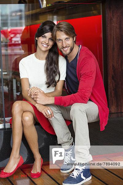 Porträt eines lächelnden Paares in einem Restaurant