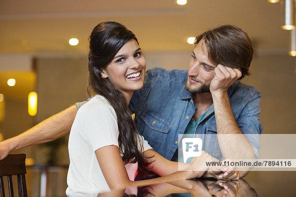 Porträt einer Frau  die mit ihrem Freund neben ihr lächelt