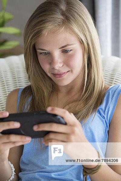 Nahaufnahme eines Mädchens beim Videospiel