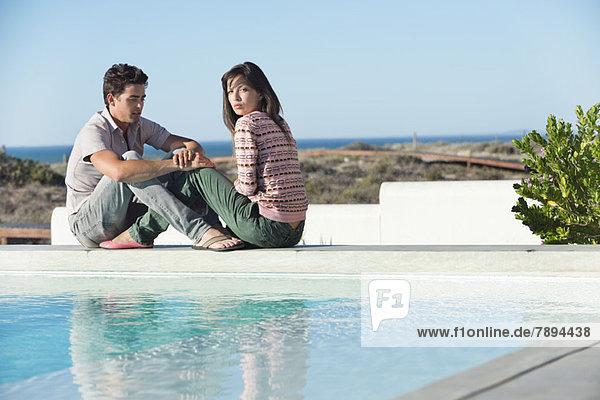 Romantisches Pärchen am Pool am Strand