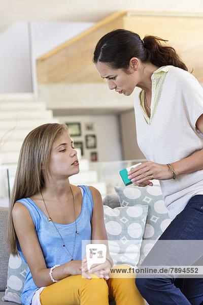 Frau schimpft mit ihrer Tochter zu Hause