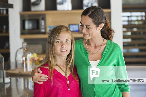 Nahaufnahme einer Frau,  die mit ihrer Tochter lächelt