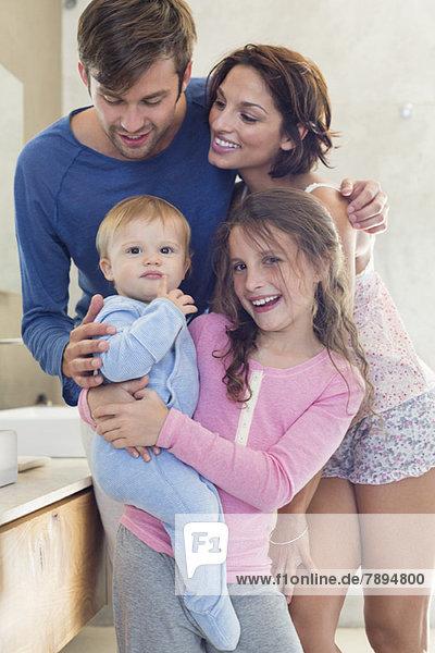 Glückliche Familie im Bad