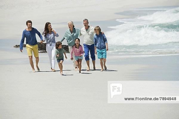 Familie genießt am Strand