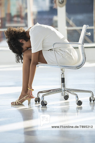 Frau schläft auf einem Stuhl