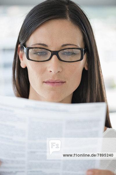 Nahaufnahme einer Frau beim Lesen eines Dokuments