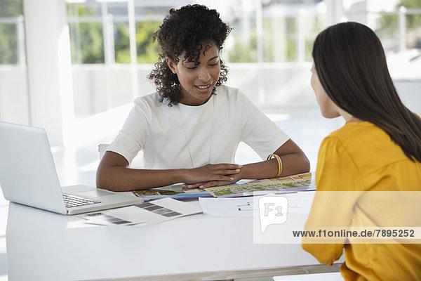 Immobilienmaklerin im Gespräch mit einer Frau