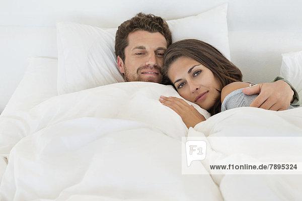 Porträt eines auf dem Bett liegenden Paares