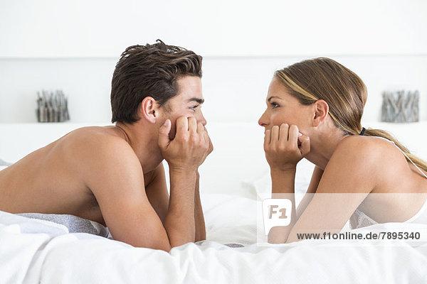 Paar liegend von Angesicht zu Angesicht auf dem Bett