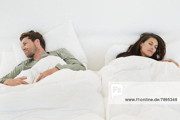 Paar schläft auf dem Bett