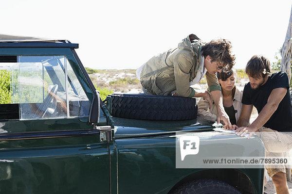 Freunde auf der Karte neben einem SUV