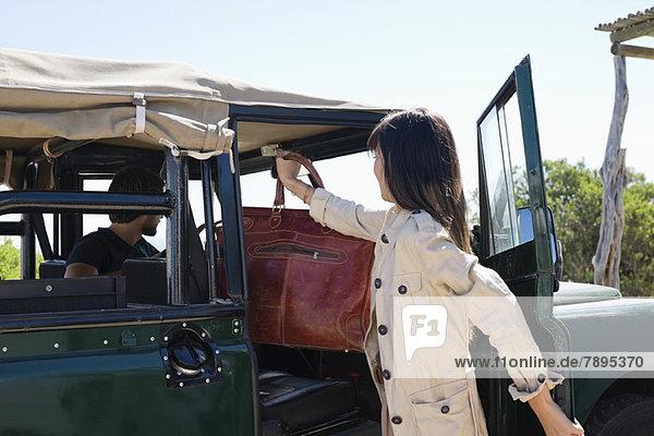 Frau  die Handtasche in SUV steckt