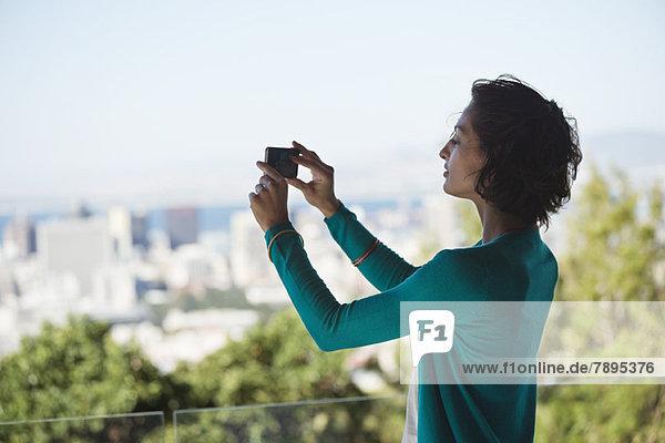 Frau fotografiert mit dem Handy