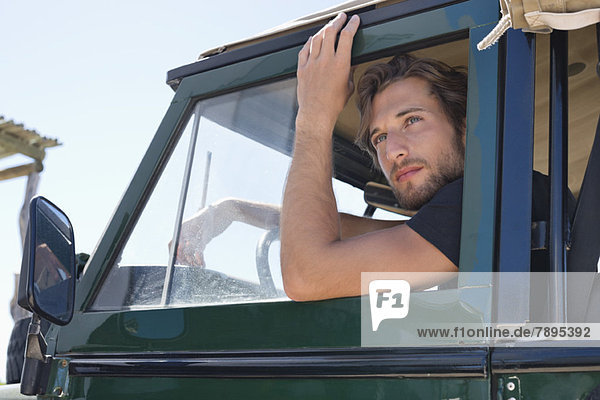 Mann im SUV