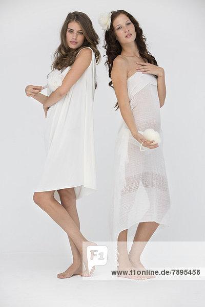 Porträt von zwei Freundinnen beim Posieren