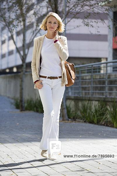 Porträt einer Frau auf der Straße