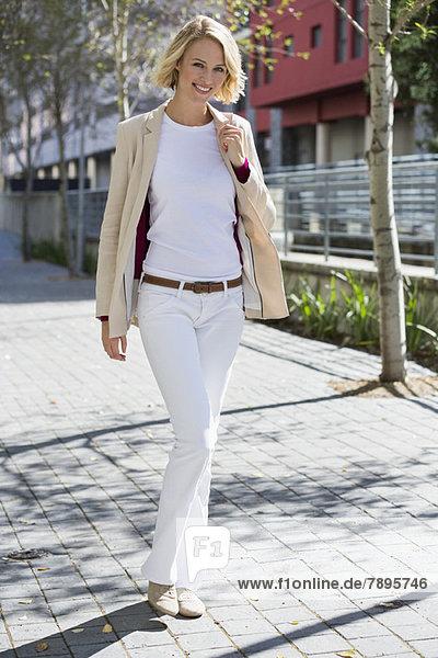 Porträt einer lächelnden Frau auf der Straße