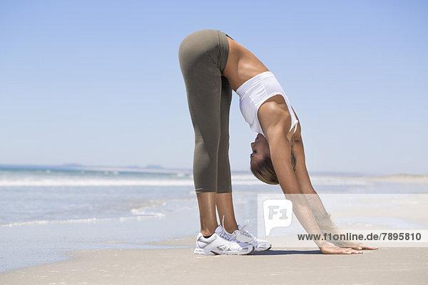 Frau beim Sport am Strand