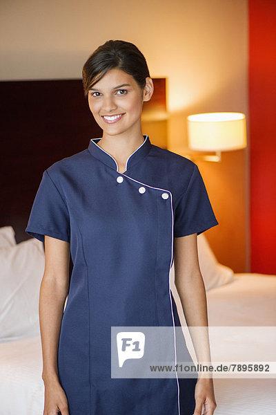 Porträt eines lächelnden Dienstmädchens im Hotelzimmer