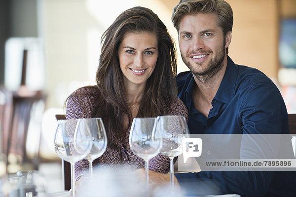 Porträt eines Paares  das in einem Restaurant Weißwein genießt. Porträt eines Paares, das in einem Restaurant Weißwein genießt.
