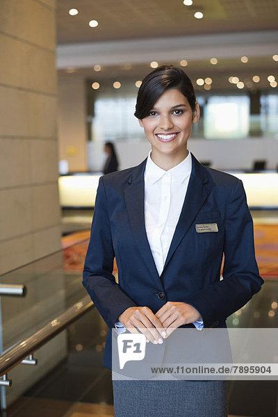 Porträt einer lächelnden Empfangsdame in der Hotellobby