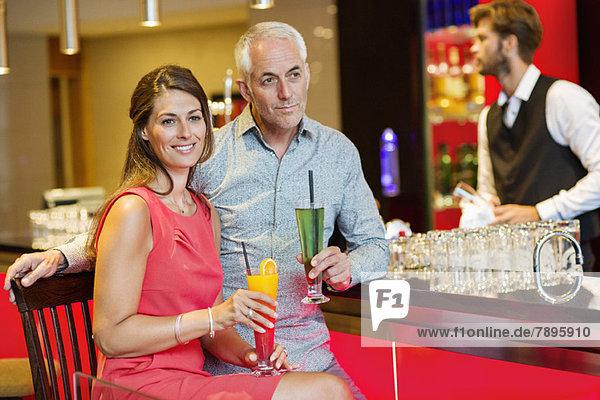 Paar genießt Getränke an der Theke Paar genießt Getränke an der Theke