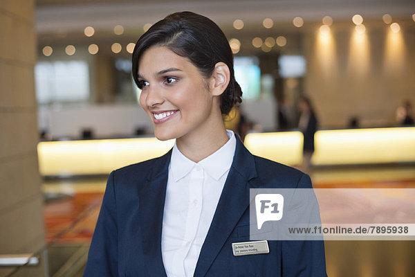 Empfangsdame lächelt in der Hotellobby