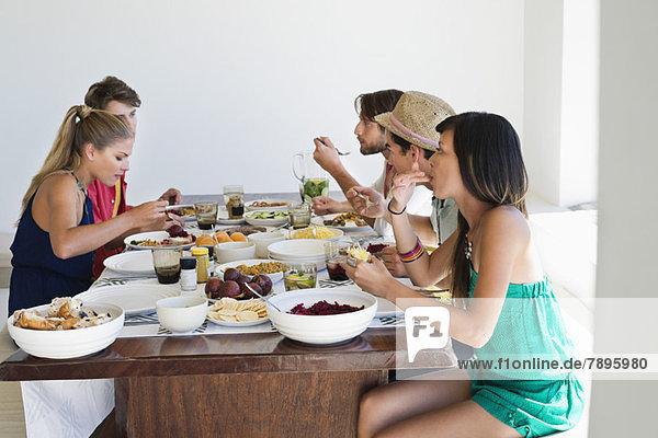 Freunde beim Mittagessen am Esstisch