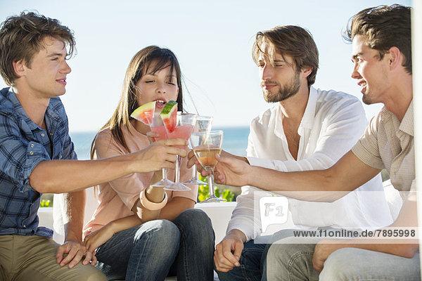Gruppe von Freunden  die im Urlaub im Freien anstoßen.