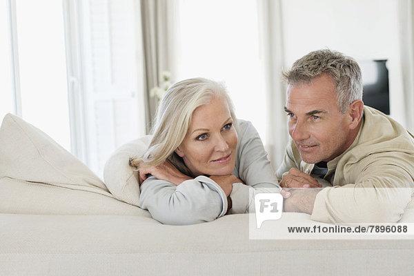Seniorenpaar auf dem Bett liegend