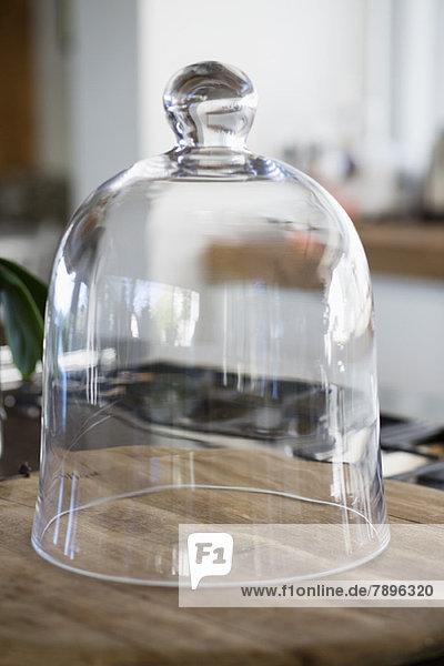 Nahaufnahme eines Glockengefäßes auf einer Küchentheke