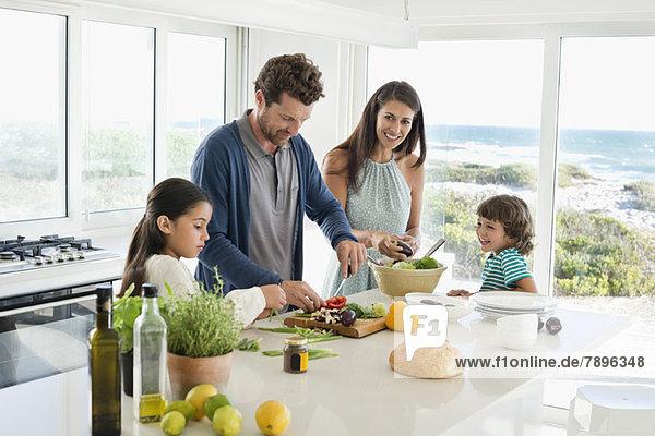 Familie bei der Zubereitung von Speisen