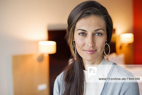 Porträt einer Frau im Hotelzimmer Porträt einer Frau im Hotelzimmer