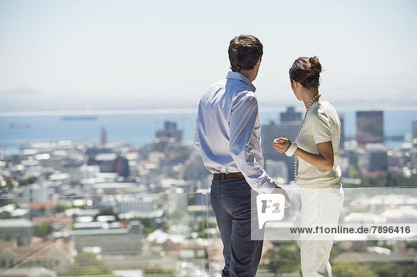 Paar mit Blick von der Terrasse auf die Stadt