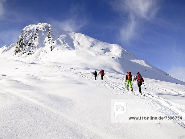 Skitourengeher beim Aufstieg Skitourengeher beim Aufstieg