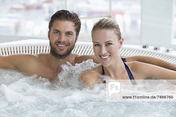 Porträt eines lächelnden Paares im Whirlpool