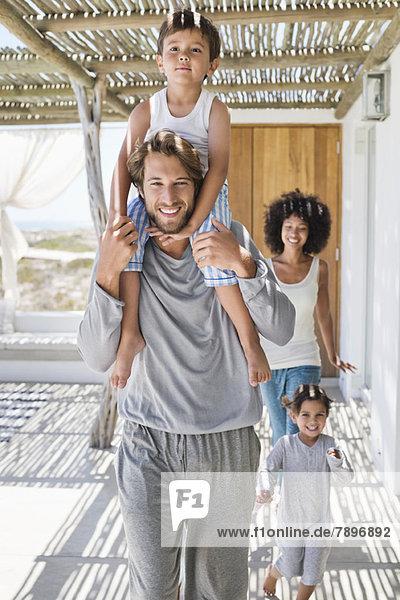 Lächelnde Eltern mit ihren Kindern