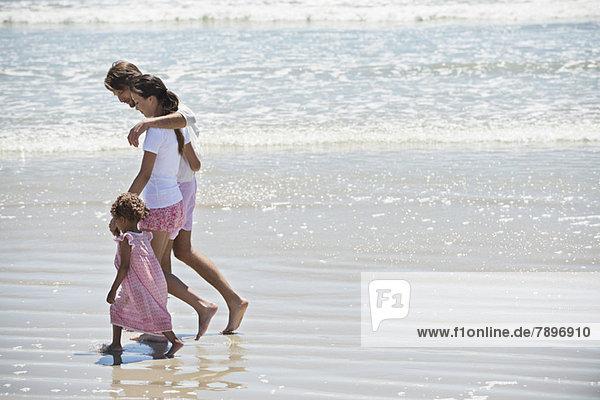 Familie zu Fuß am Strand